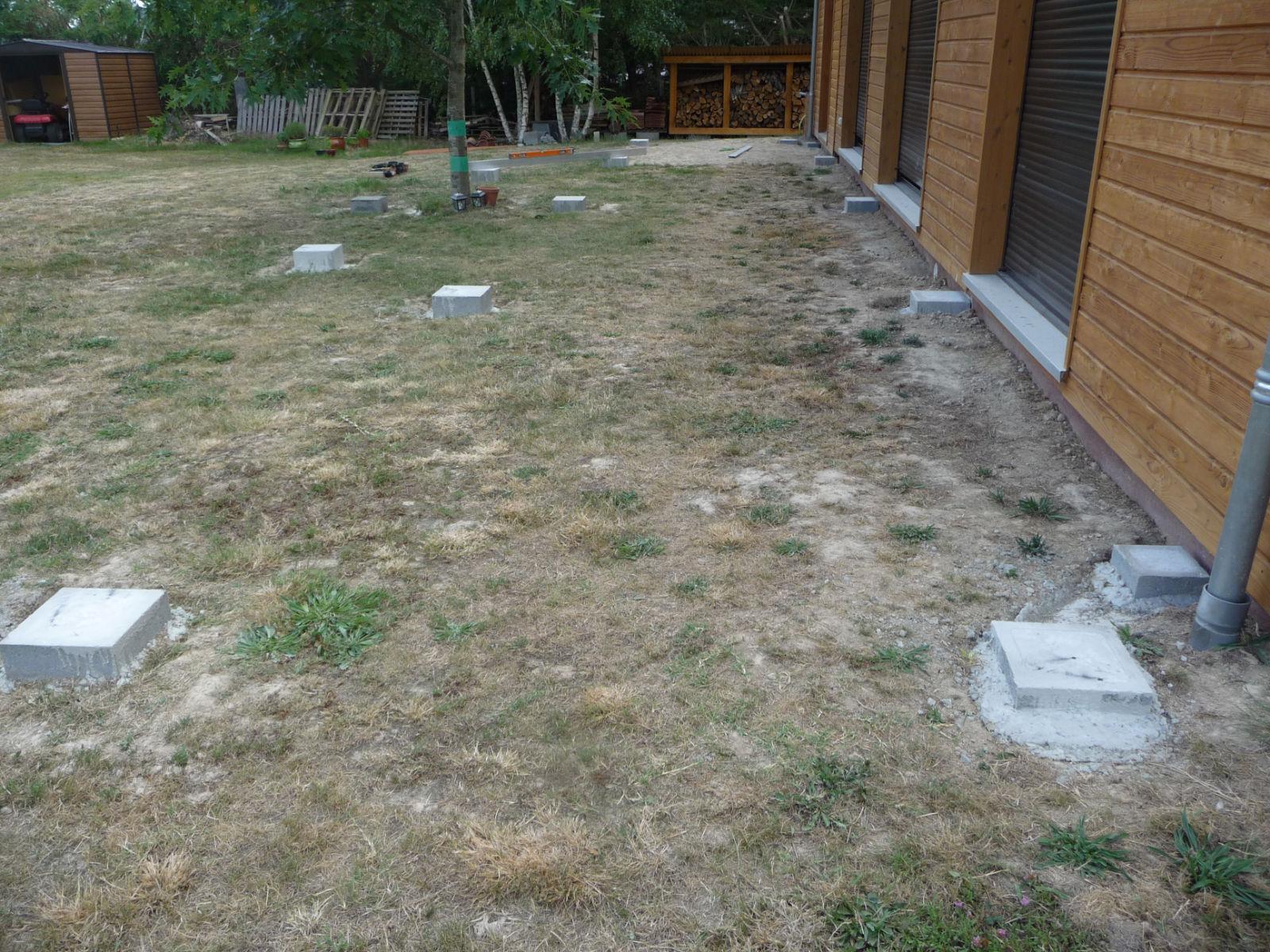 pr parer et couler les fondations construire sa terrasse en bois sur plots en b ton. Black Bedroom Furniture Sets. Home Design Ideas