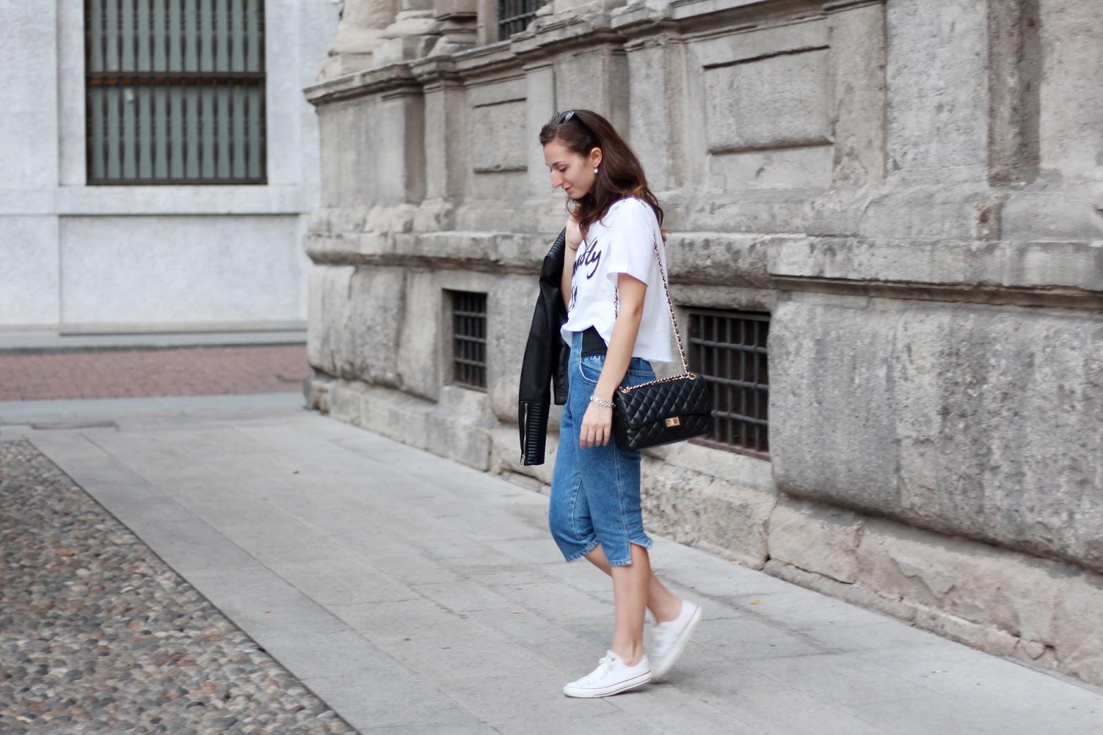 outfit comodo e alla moda in denim, converse, t-shirt bianca e tracolla Chanel 2.55