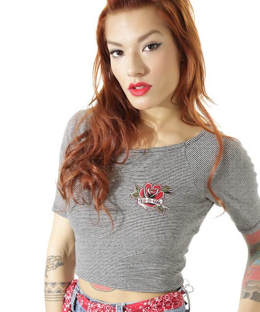 Blusa cropped listrada led's tattoo preta