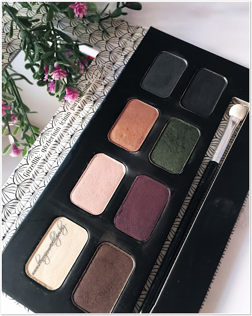 the-pink-ellys-eyeshadow-palette-smoky