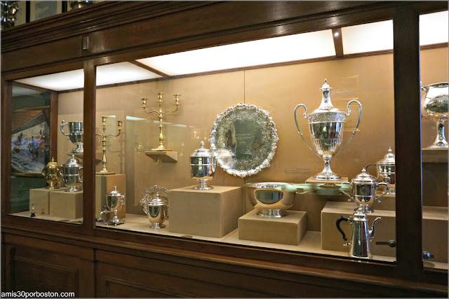 Vitrinas en la Sala de Trofeos de Marble House, Newport