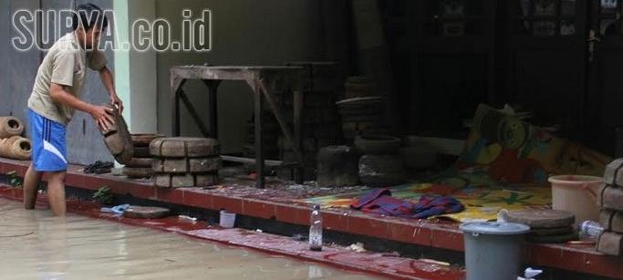 Cukup beberapa tambor setengah jadi dan beberapa pembuat alat tergeletak di  teras rumah yang menjadi pusat industri rumah. bd95da4bd6