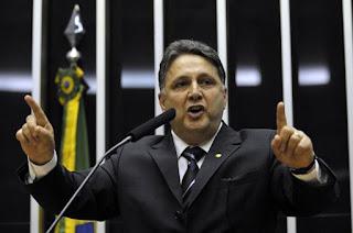 http://vnoticia.com.br/noticia/3143-tse-julga-garotinho-inelegivel-e-o-afasta-de-campanha-a-governo-do-rio