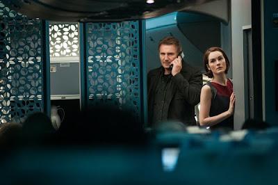 Liam Neeson şi Michelle Dockery în filmul Non-Stop