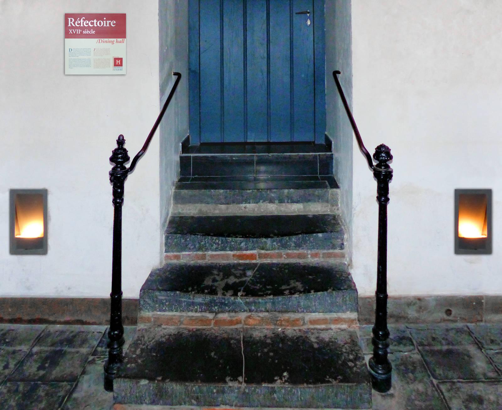 L'entrée du réfectoire, avec ses quelques marches