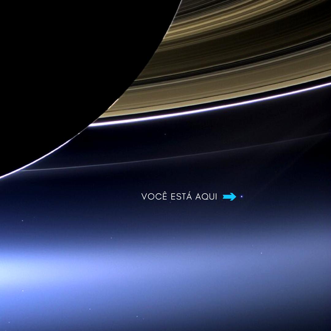 planeta Terra aparece como um pontinho brilhante abaixo dos anéis de Saturno