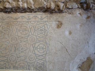 Mosaico pendiente de trabajos de restauración
