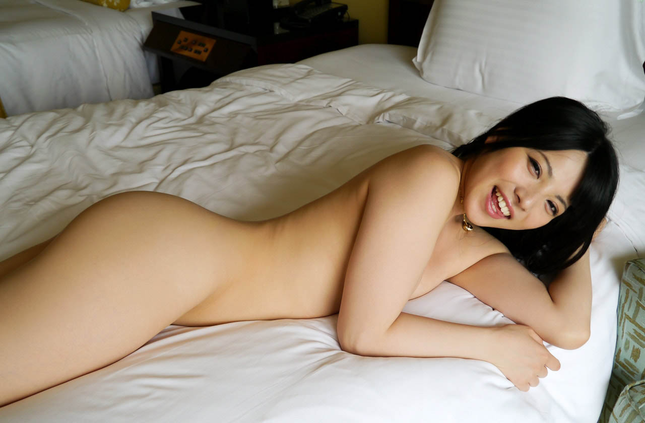 ai uehara stripping down naked pics 05