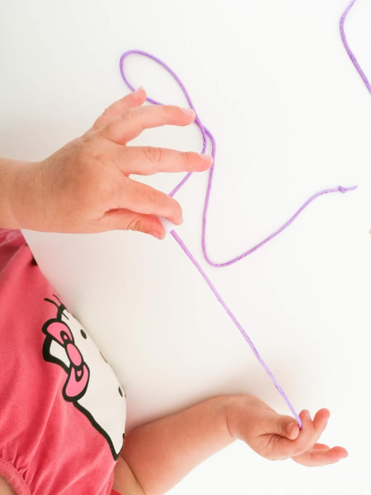 Saippuakuplia olohuoneessa -blogi, kuva Hanna Poikkilehto, taapero, kaksivuotias,koru, kaulakoru, koruaskartelu, lapsi, äiti, Diy, Blogisisaret, lifestyle, kirpputori,