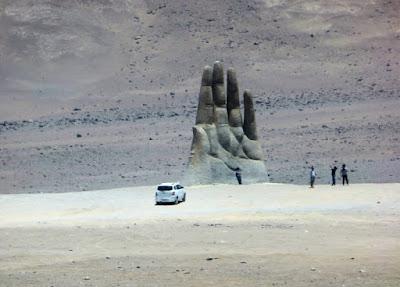 """La escultura """"Mano del Desierto"""" cerca de Antofagasta"""