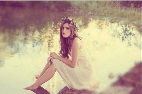 garota sozinha na água de um rio