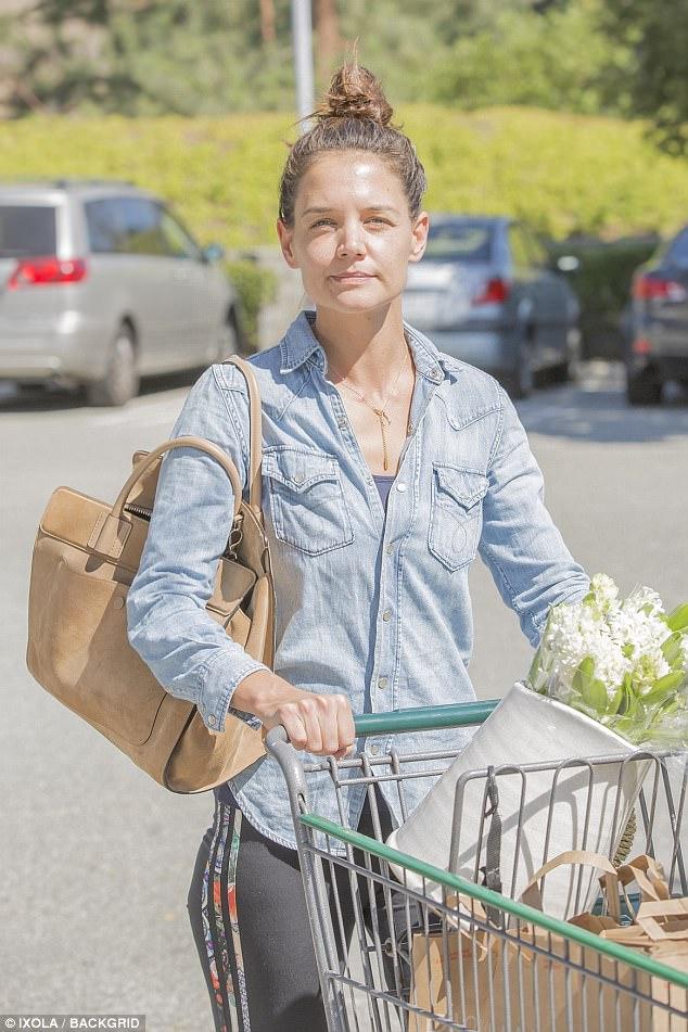 ba5204d8bdbfa4 Katie Holmes grocery shopping yesterday.
