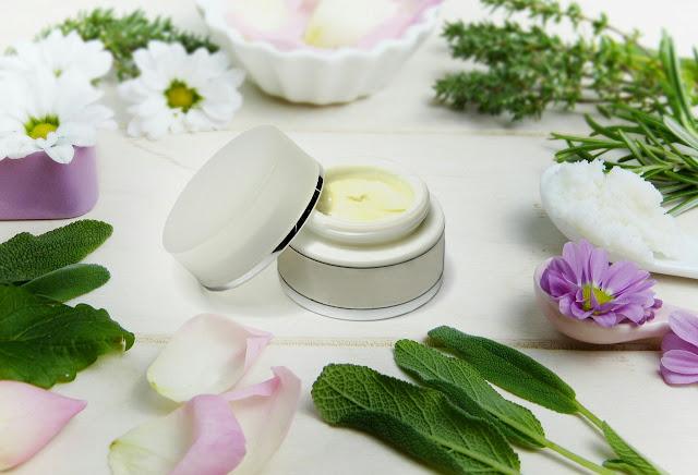 Factores De Crecimiento Epidérmico y Ácido Hialurónico En Cremas Faciales