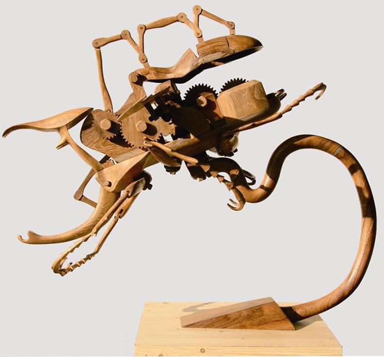 Insectos híbridos cinéticos tallado en madera por Dedy Shofianto