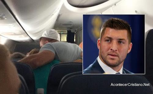 Tim Tebow dirige oración por pasajero en avión