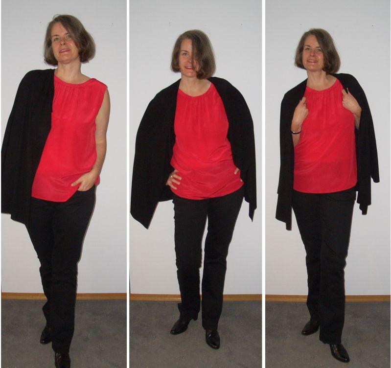 Rotes Seidentop, Jeans und Wasserfallstrickjacke in Schwarz