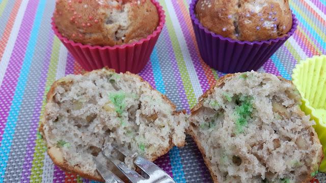 kunterbunte Bananen-Walnuss-Muffins mit Zuckerperlen