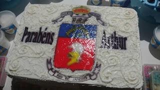 O bolo do Arthur foi decorado com o brasão da polícia militar do Rio de Janeiro.