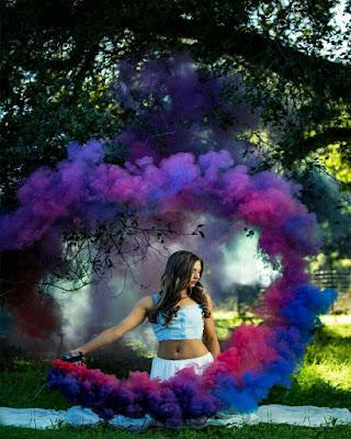 foto de chica con humo de colores frios