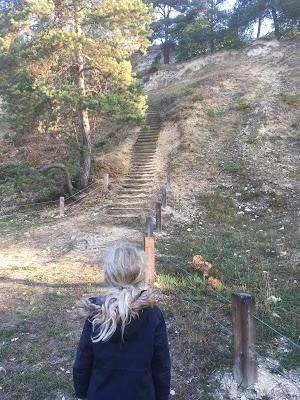 petite fille devant l'escalier
