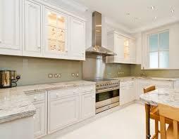 Lựa chọn kính màu ốp bếp phù hợp với không gian