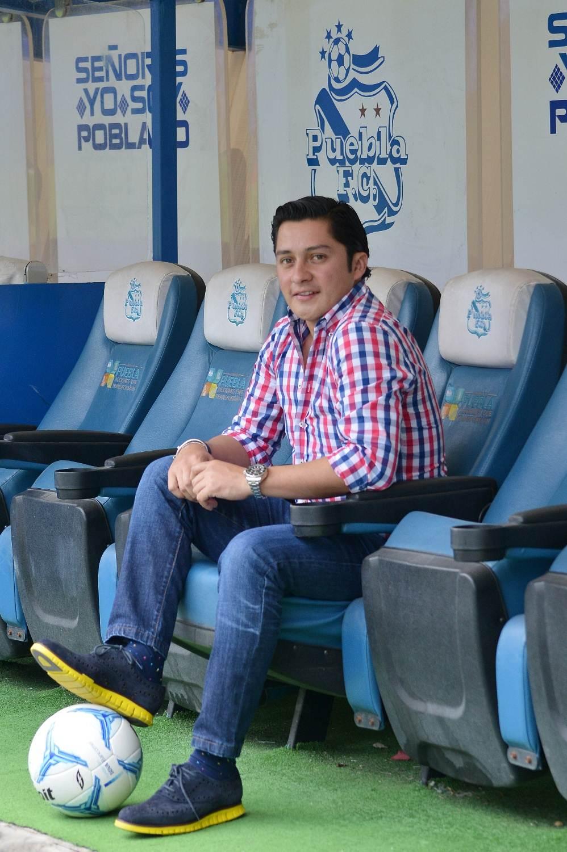 el empresario Carlos López Domínguez pisando un balón