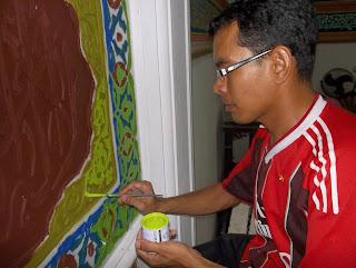 sedang mengerjakan kaligrafi masjid nurul jadid pekanbaru