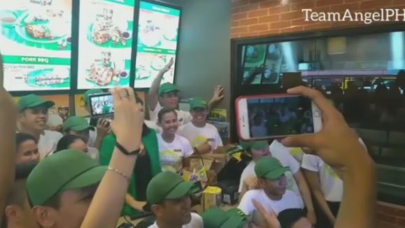 LOOK: Angel Locsin's Playful Side Was Seen During A Photo Op With Mang Inasal Crews!