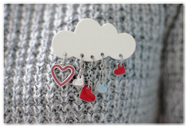 broche nuage et cœurs portée