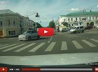 Απίστευτο βίντεο: Μοτοσικλετιστής τρακάρει και προσγειώνεται με τα πόδια σε οροφή ταξί