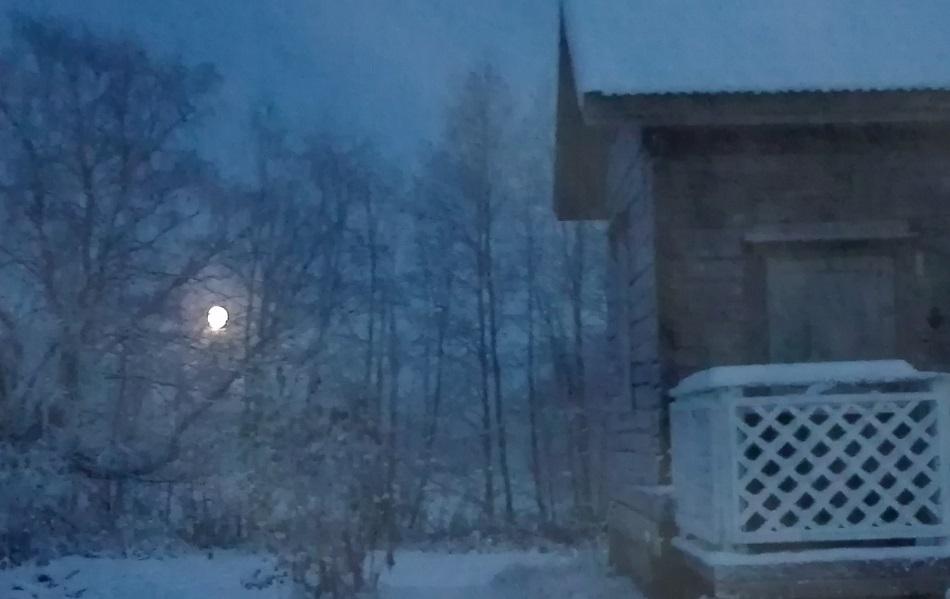 talvimaisema kuu mökki sumu