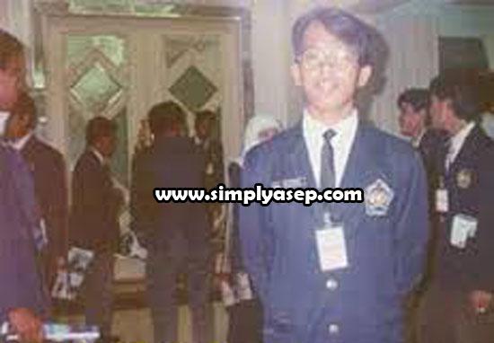 """Salah satu foto saya yang sempat diambil gambarnya oleh rekan saya saat  itu. Ini adalah salah satu """"harta"""" saya yang tidak ternilai karena kenangannya. Berpose di salah satu sudut di DBKI Kuching 1994 yang lalu."""