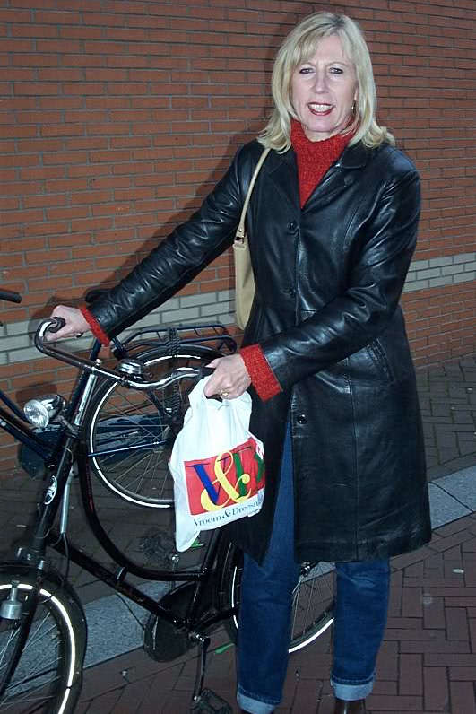 Leather Coat Daydreams: More European ladies biking in leather coats