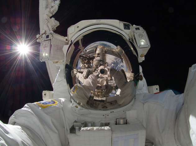 "Astronot Jepang Aki Hoshide saat ""spacewalk"""