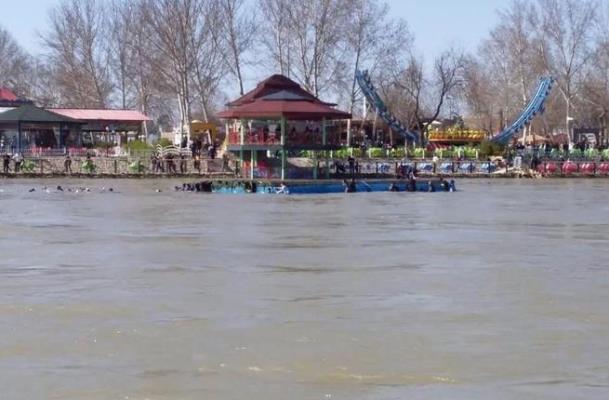 مصرع 96 شخصا إثر انقلاب عبارة في نهر دجلة بالعراق