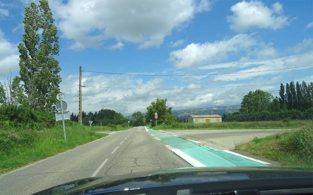 Alfa Romeo Giulia, Blick aus dem Auto auf Berge, Strasse, blauer Himmel,Haus