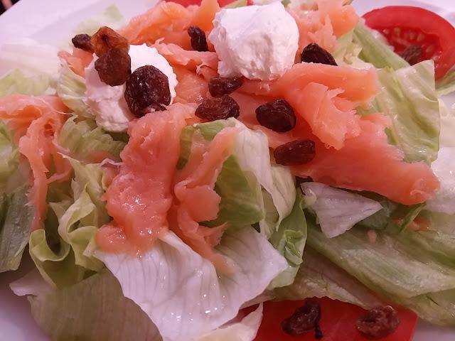 Ensalada de salmón ahumado, queso y pasas.