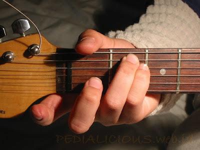 Cara Menekan Senar Chord E Minor untuk Gitaris Kidal