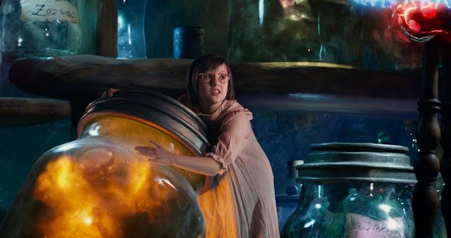 Sophie (Ruby Barnhill) serre le bocal contenant son rêve dans BGG, réalisé par Steven Spielberg (2016)