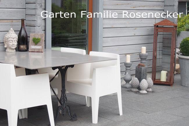 Fernplanung für einen kleinen, pflegeleichten, modernen Garten mit Wasserspiel aus Basalt - Terrasse aus Basaltplatten und Holzterrasse mit Sitzblock und Sichtschutz