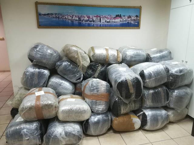 Θεσπρωτία: 42χρονος προσπάθησε να εισάγει 424 κιλά χασίς, συνελήφθη έπειτα από οργανωμένη αστυνομική επιχείρηση, της Δ.Α. Πρέβεζας και με τη συνδρομή σκαφών λιμεναρχείων - Φώτο