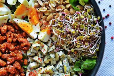 Sałatka z kurczakiem, serem pleśniowym, jajkami i orzechami ziemnymi