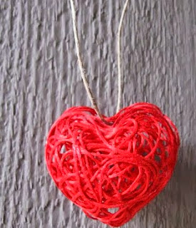 http://translate.google.es/translate?hl=es&sl=en&u=http://craftklatchwithmona.blogspot.com.es/2013/01/valentines-day-string-heart-craft.html&prev=search