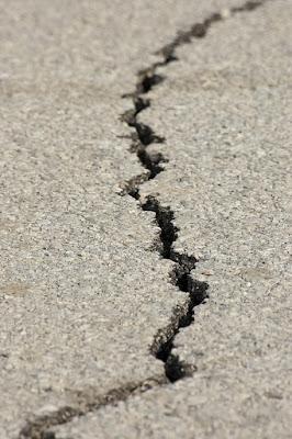 Grieta en suelo debida a un terremoto