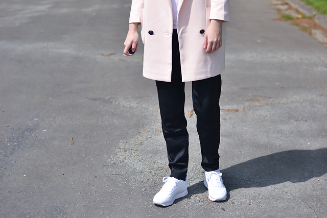 Belgian fashion blogger: Only, pastel coat, blazer, oversized, v neck, white t-shirt, silk pants, trousers, h&m trend, joggers, reebok classic, sneakers white, oldskool, outfit , street style, spring inspiration, trends, alexander wang, x h&m sunglasses