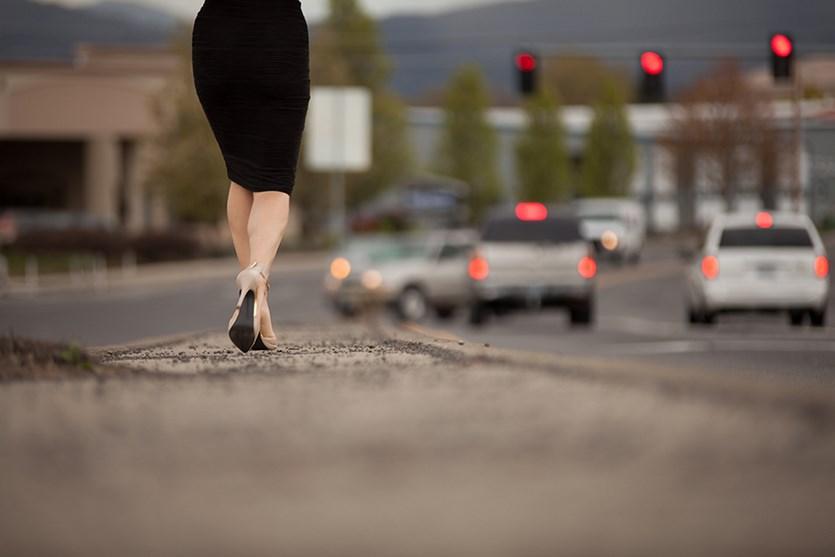 foto pose kaki model Mari Belajar Fotografi Bergenre Jalanan atau Street Photography