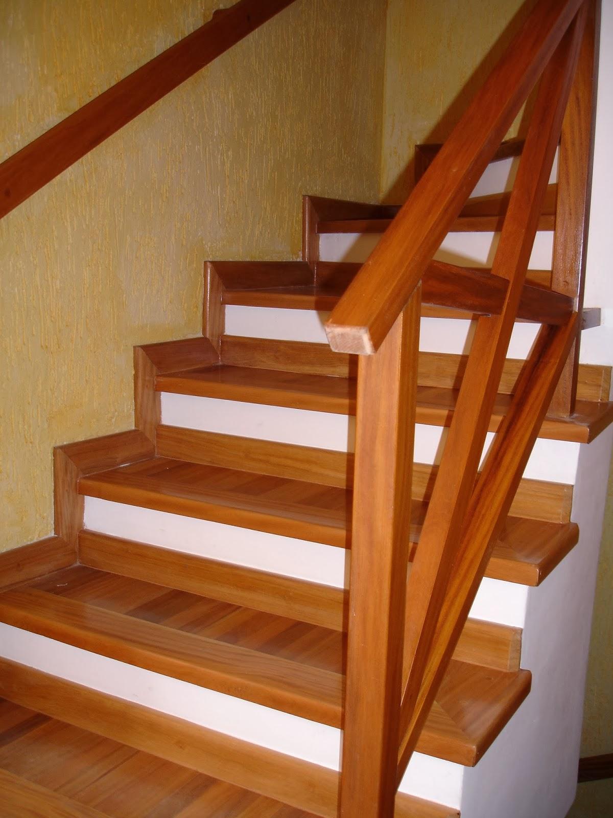 tacos de madeira em escadas