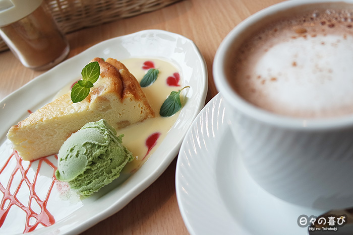 part de cheese-cake, glace au matcha et chocolat chaud