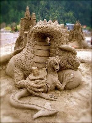 Escultura de arena de un  dragón