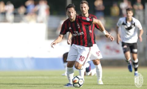 Hakan Calhanoglu đã nhanh chóng phá bỏ lời nguyền số 10 của AC Milan.